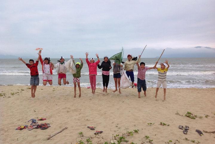 Một nhóm thiếu niên Đà Nẵng làm sạch bãi biển