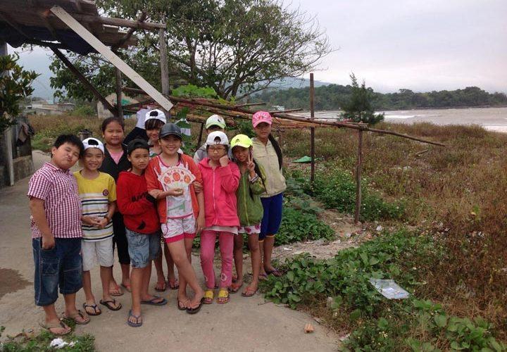 Một nhóm thiếu niên Đà Nẵng làm sạch khu làng giêng