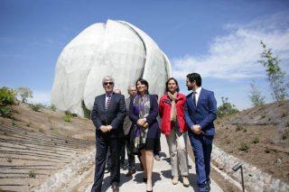 Một Đại Diện Baha'i dẫn đầu đoàn khách đặc biệt bao gồm Đại Diện của Tổng Thống Chile, Đại Diện của Toà Công Lý Quốc Tế và Thị Trưởng của thành phố Peñalolén tiến ra từ Đền Thờ.