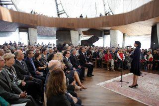 Đại Diện của Toà Công Lý Quốc Tế, Antonella Demonte, chào mừng các quan khách tại Đền Thờ.
