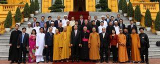 Chủ tịch Nước Trần Đại Quang chụp hình lưu niệm cùng đại diện các tôn giáo phía trước Phủ Chủ tịch