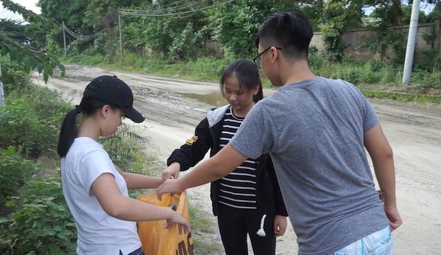 Một số thiếu niên Đà Nẵng làm sạch khu láng giềng